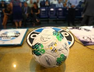 Bola usada no último Gre-Nal pode ser arrebatada por R$ 5,6 mil (Foto: Lucas Uebe/Grêmio FBPA)